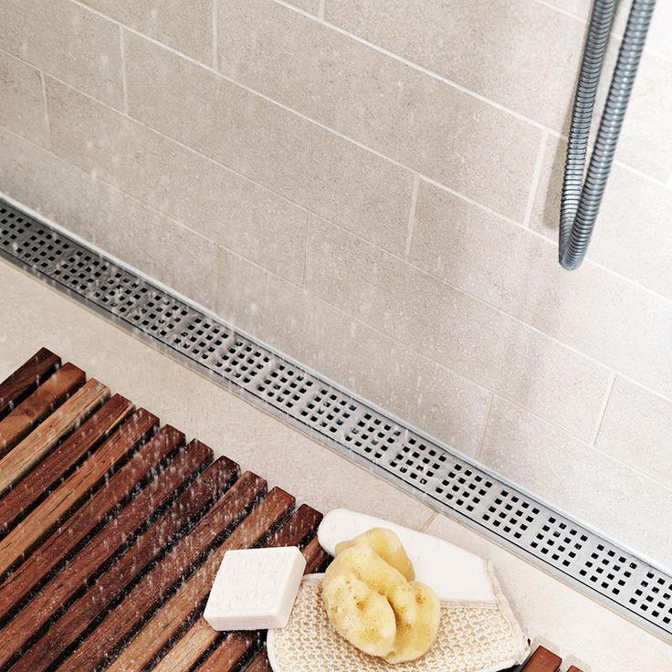Tässä kylpyhuoneessa on seinän viereen asennettu unidrain® ClassicLine -linjalattiakaivo. Kun lattian kaato tarvitsee tehdä vain yhteen suuntaan, on suurten lattialaattojen käyttäminen mahdollista.  Kaivon malli: Classic Line Linja, Square-ritilällä.