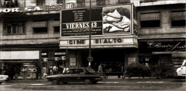 Renault 12 frente al cine Rialto (1980). Estreno de la película Viernes 13.