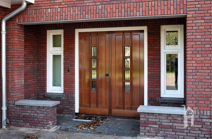 Inspringende entree met dubbele deur.