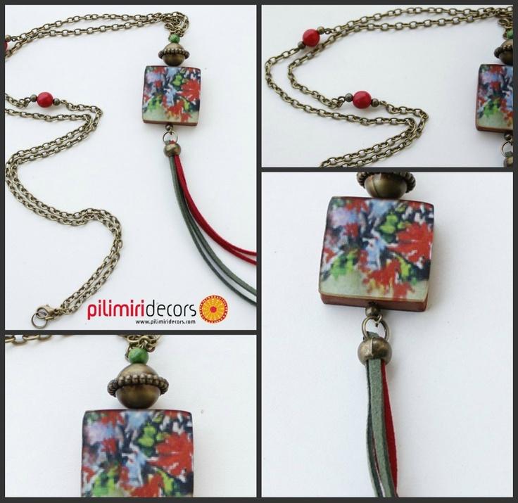 Espectacular collar de madera pintada combinada con cadena vintage y jugando con la antelina, ideal para cualquier ocasión
