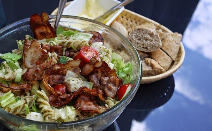 Kjøkkenkroken: Kyllingsalat med pasta, pesto og bacon