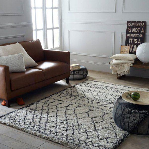 Le tapis reste la pièce indispensable pour parfaire votre coin canapé pour l'hiver. Choisissez-le douillet et imposant, il réchauffera et habillera instantanément votre espace farniente, qu'il soit sous le canapé, sous la table basse ou sous les deux pour un ensemble plus que cosy ! Ici le tapis Kilim est en laine, matière chaleureuse par excellence. Synonyme d'évasion et de détente ce tapis aux accents ethniques réchauffera autant la pièce que vos pieds !
