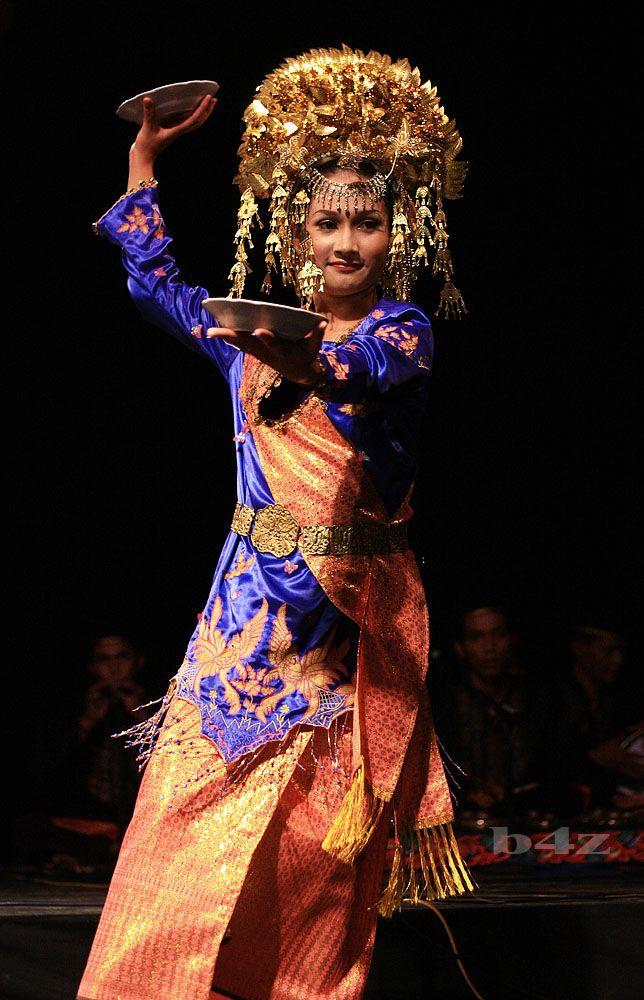 Piring (plate) Dance, Minangkabau. West Sumatera..Indonesia