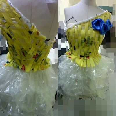 un vestido con materiales reciclados