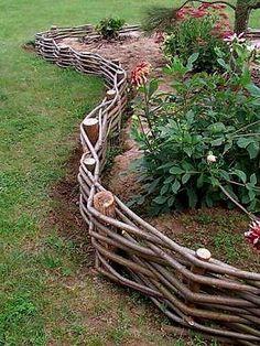ПЛЕТЕНЬ СВОИМИ РУКАМИ  Плетень из орешника или ивовых прутьев может послужить не только оригинальным ограждением ваших угодий, но и станет украшением любого участка. Плетень — это изгородь из перепле…