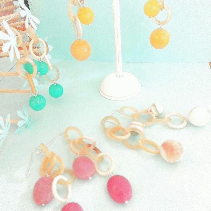 Gioielli Etra. Orecchini in argento, catena di corno e agate colorate