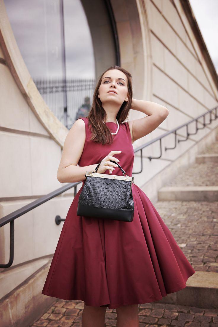 Burgundy Dress  Tammy & Benjamin Bag Pearls  Classic Look  http://karolinabaszak.com/sukienka-na-wesele-vivien/