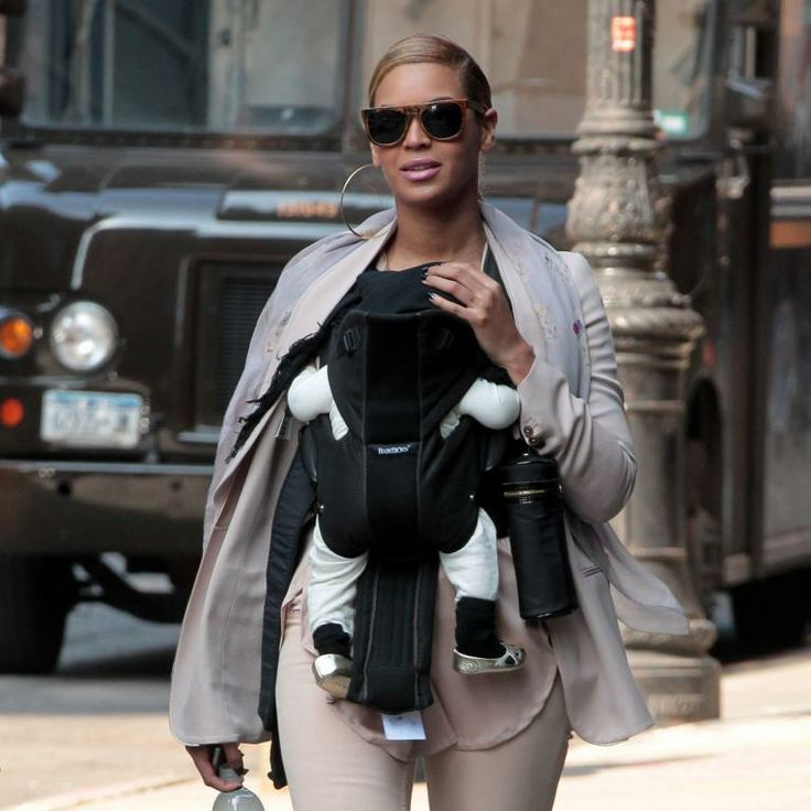 BEYONCE ET SA FILLE, LE BEBE BLUE IVY CARTER, SE PROMENENT DANS LES RUES DE NEW YORK, LE 13 MARS 2012.  Singer Beyonce enjoyed yet another stroll with her baby girl Blue Ivy Carter strapped to her chest in New York City, New York on March 13, 201213/03/2012 - NEW YORK