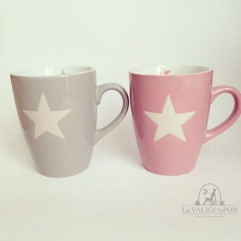 Mug grigia e mug rosa in ceramica, decorate con stella bianca esterna e piccola stella in tinta all'interno.