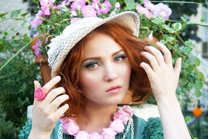 Doe Deere. Natural auburn redhead makeup. Light peachy pink lipstick with light green (or is it blue?) eyeshadow. Looks perfect for a garden party.