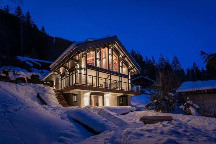 The Chalet Dag in Chamonix-Mont-Blanc, France is a modern chalet with a Scandinavian style. Its design combines glass, metal, and traditional larch wood to ensure that it blends harmoniously with the surrounding cabins, yet has a distinct contemporary feel.