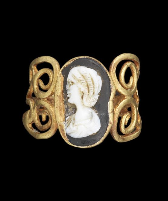 A Roman gold and onyx cameo ring. Antonine, circa 2nd Century A.D.