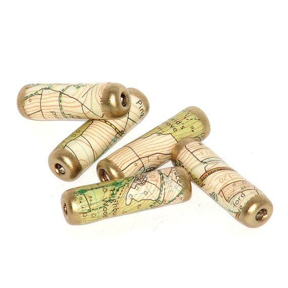 5 Handgeschöpftes Papier-Perlen aus recycelten Ordnance Survey Maps mit extrem dicken Prägung Emaille beschichtet und kippte mit Gold-Prägung Pulver gemacht. Jeder zeigt einen kleinen Teil des Großbritannien - Straßen, Straßen, Landschaft, Wald und Topographie. Jeder ist einzigartig und garantiert ein wenig anders für Craft-Projekte. Perlen sind ein breites Loch 2mm und 1 Zoll (ca. 2,5 cm) lang und knapp ein Viertel Zoll (6 mm) dick. Ideal für Schmuck machen oder auf Karten, Sammelalben…