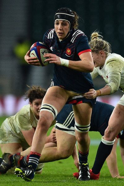 France's Celine Ferer evades a tackle from England's scrum-half Natasha Hunt (R) during the Six Nations international women's rugby union match between England Women and France Women at Twickenham stadium in south west London on February 4, 2017. / AFP / Glyn KIRK
