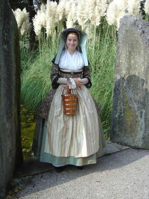 Zaans kostuum 1780 met mopjestrommel #Zaanstreek #NoordHolland