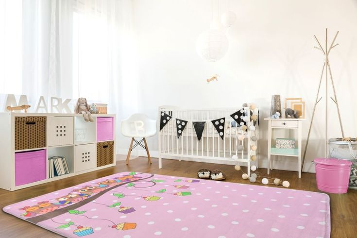 Dywan różowy dla dziecka w białe kropeczki