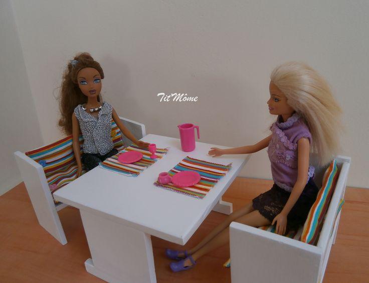 Table En Bois Peinte En Blanc Avec Bancs Garnis De Coussins Multicolores.  Meubles Qui Pourraient