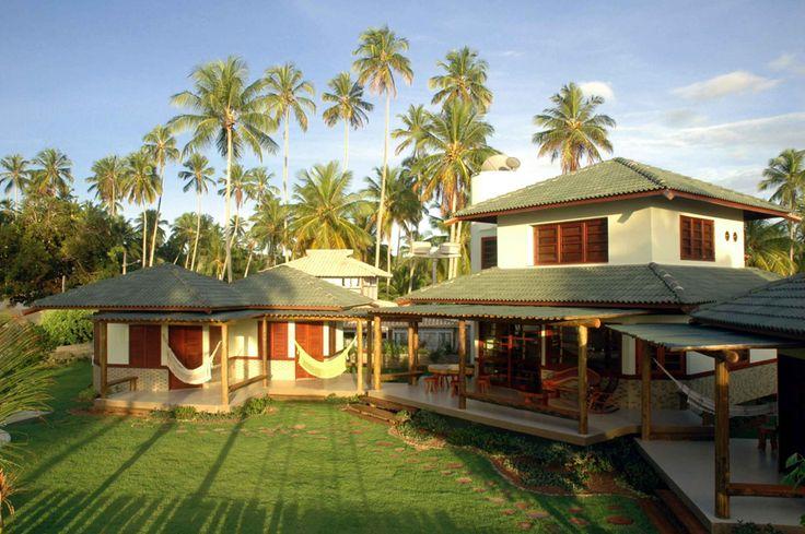 Casa de praia em três blocos distintos: suite principal na lateral esquerda, quartos de hóspedes  na esquerda e no bloco central a parte social da casa