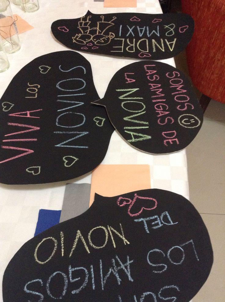 Globos de diálogo hechos con cartón, pintura para pizarrón y tiza.