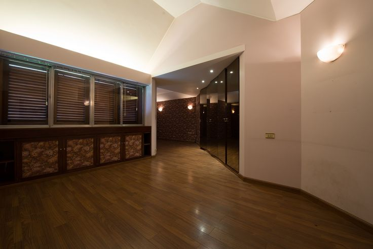 La Suite principal. Recepción y habitación. Pequeños placards bajo las ventanas y grandes detras de las puertas espejadas. Piso flotante.