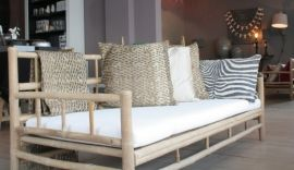 Zeer mooie 3-zits bamboe lounge bank van het Deense merk Tine K home. De bamboe bank is prima geschikt voor binnen en buiten en bijzonder mooi op uw terras onder de veranda of in de serre.