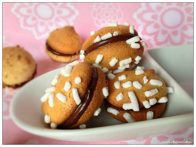Vivi in cucina: Biscotti novariso di L. MontersinoDose per 30 biscotti doppi:  110 gr uova intere 50 gr di  tuorli 10 gr di miele 135 gr di zucchero semolato 190 gr di farina di riso 4 gr di lievito vanigliato