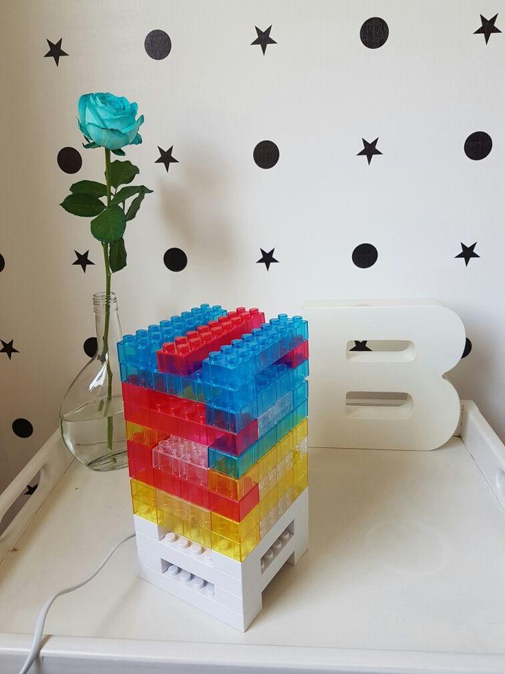 Luminária Lego do quarto da Bibi, com as cores da decoração do quarto.