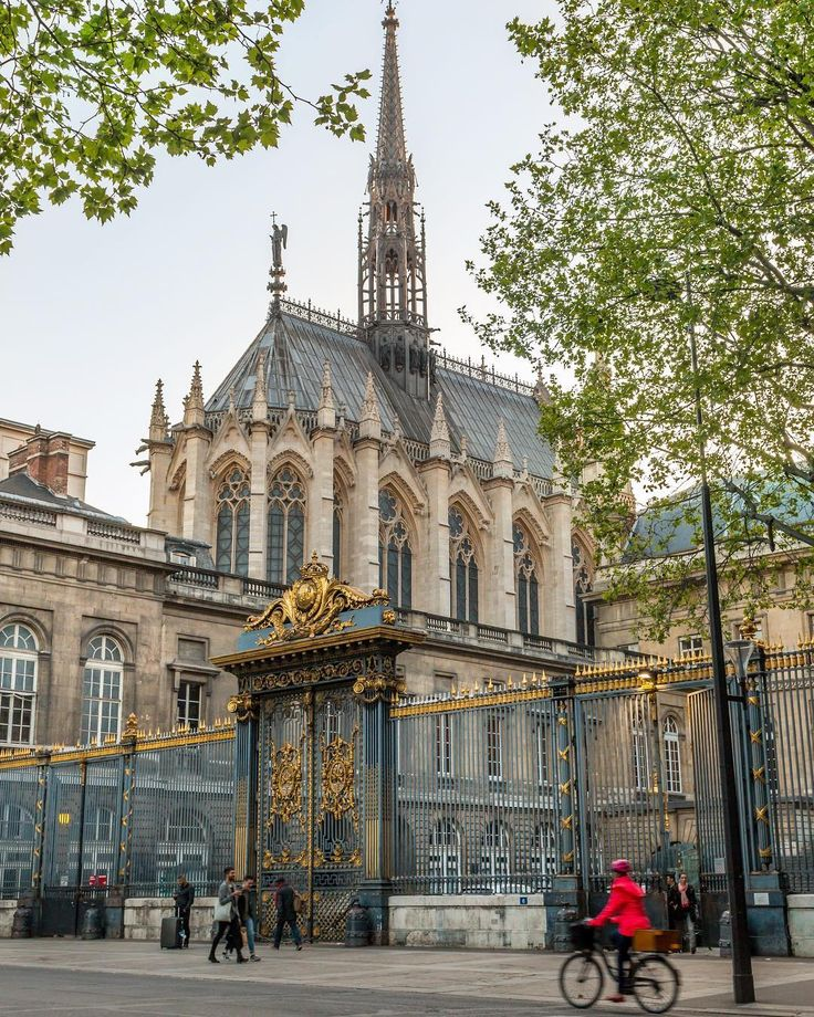 Sainte-Chapelle, Pierre de Montreuil, Paris. https://www.airbnb.fr/c/jeremyj1489