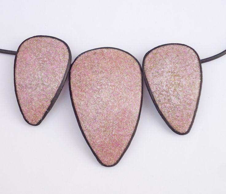 Colgante lila en arcilla polimérica, colgante triangular, imitación piedras naturales en arcilla polimérica, collar morado, Granito morado. de Crazycane en Etsy