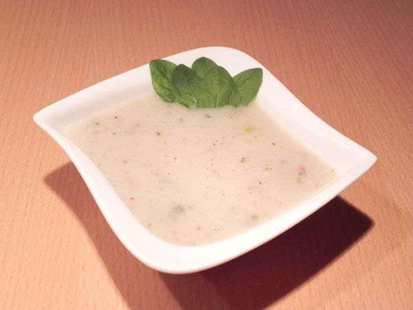 Květáková polévka Omytý rozebraný květák vložíme do hrnce a zalejeme vodou.  Vodu ochutíme pouze bio bujonem a nebo kořením ( určitě ale doporučuji kmín) a vaříme do měkka.   Odebereme pár celých růžiček květáku a zbytek rozmixujeme.   Poté polévku opět přivedeme k varu, zahustíme troškou sójové smetany ( věřte, že jedlíci české kuchyně nepoznají, že jste tam nedala pravou smetanu).  Přidáme pár kousků celých růžiček květáku, které jsme vyndali před mixováním.