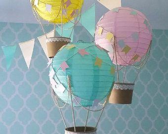 Grillige hete lucht ballon decoratie DIY kit blauw grijs & wit, hete luchtballon, Baby douche decor, reizen thema kwekerij - set van 3  -NIEUW DESIGN - twee grotere en een kleinere ballon-  -BESCHRIJVING-  Versier uw feest, babydouche of kinderdagverblijf met de grillige hete lucht ballon DIY kit. De kit bevat alle materialen die nodig zijn voor 3 grillige ballons plus stapsgewijze instructies. De diameter van elke ballon is 20cm, hoogte ongeveer 30 cm. als het wordt gemonteerd. Ze zijn g...