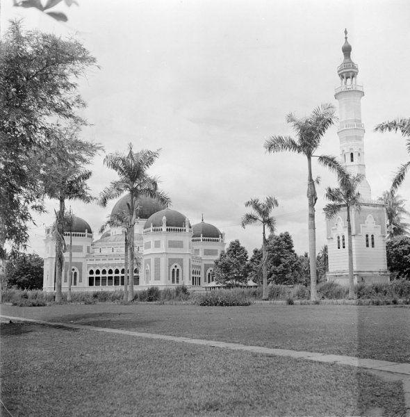 Overhoeks aanzicht van de Masjid Raya, oftewel Grote Moskee, te Medan op Sumatra, Indonesië (z.j.)