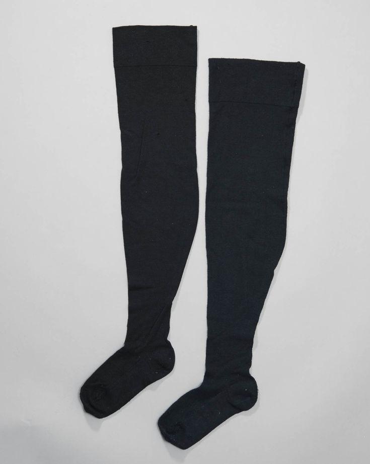 Machinaal gebreide zwarte wollen kousen, 1957, vrouw #NoordHolland #Marken