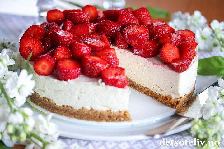 Hei, Håper livet smiler til deg!  Her skal du i alle fallfå en kake som bringer frem det gode humøret! Kaken er selvkomponert og jeg er utrolig fornøyd med den! Envidunderlig sommerkake laget med kjeksbunn, fantastisk god og kremete mascarponefromasj med vaniljesmak og søte jordbær på toppen. Love it!