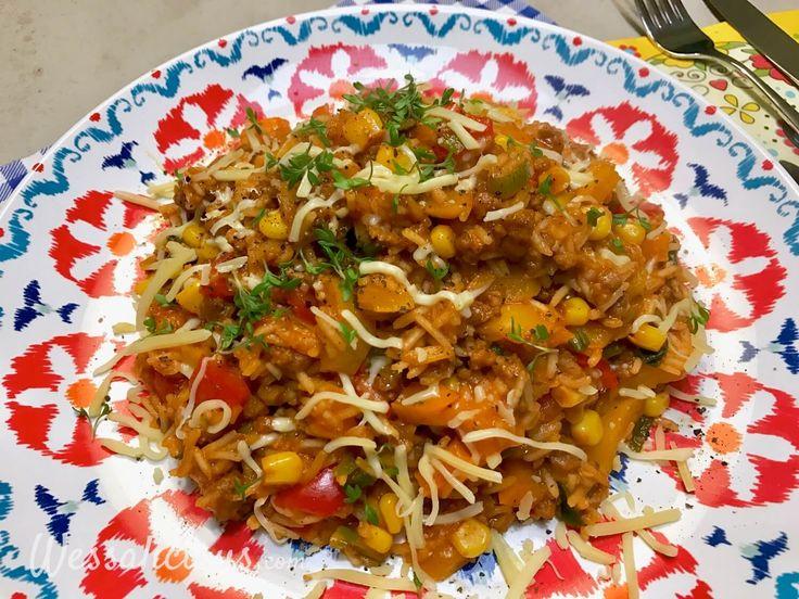 Overheerlijke Mexicaanse eenpansgerecht wordt klaargemaakt in één pan. Lekker met rijst, vegetarisch gehakt, paprika, bonen en spannende kruiden