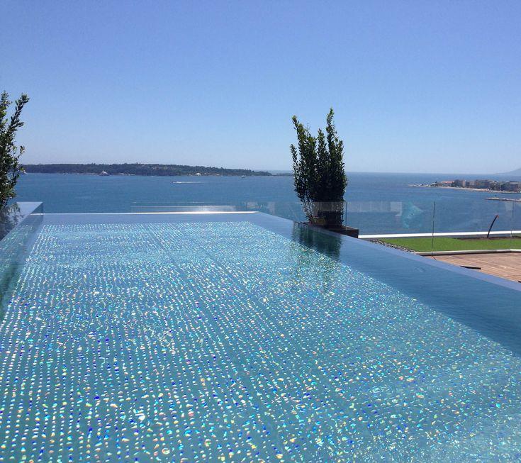 Piscine inox hors sol sur terrasse avec vue sur la mer méditerranée. Chauffage PAC et éclairage RGB intégrés.
