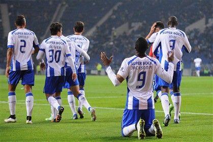 """Quaresma (22') e Jackson (26') resolveram na primeira parte e o FC Porto passou a etapa complementar a """"dormir"""", mas Brahimi e Danilo reforçaram, no fim, a 24.ª vitória consecutiva sobre o Vit. Setúbal."""