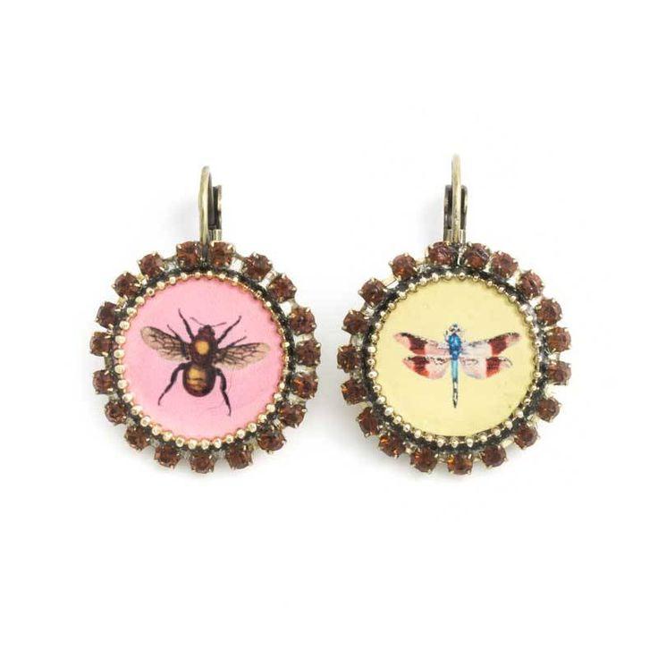 Oorbellen met afbeeldingen van een mot en een libelle op een roze en gele achtergrond afgezet met kristal.