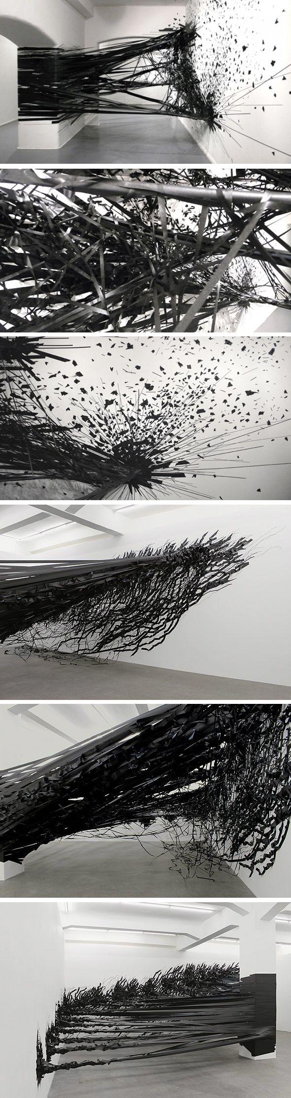 Monika Grzymala a créé une œuvre ténébreuse et déstructurée. Elle est réalisée entièrement avec du ruban adhésif noir et exposée dans la galerie Sumarria Lunn, à Londres.