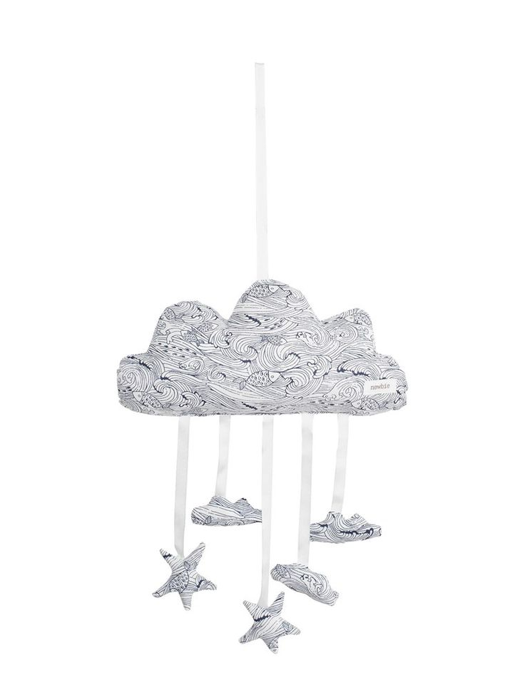 Mönstrad mobil som föreställer ett moln med hängande moln och stjärnor i fastsydda snören i 100% ekologisk bomull. Köp online & i butik!
