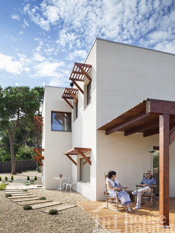 Casa estructura de madera con diseño moderno.