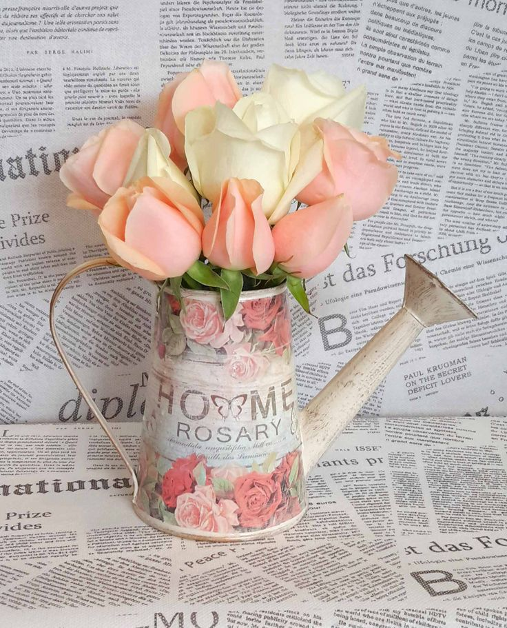 Vintage ποτιστήρι με λευκά και σoμόν  τριαντάφυλλα