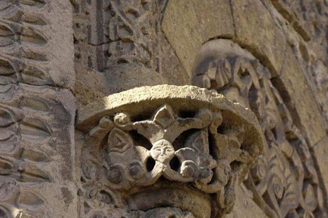 Selçuklu Türklerinin yaptığı bir başka şahaser. Hüdavent Hatun Türbesi. Niğde. Selçuklu Sultanı IV. Rükneddin Kılıçarslan'ın kızı Hüdavent Hatun adına, 1312 yılında yaptırılmıştır. Detaylar, incelikle düşünülmüş..Bir Hatun Türbesi olduğu hemen anlaşılıyor. Pencere Üstlerinde Kadın Başlı, Simetrik Harpy Kabartması Kullanılmış. Kanatlı ve Üç Dilimli Tacı ile Türk Mitolojisindeki Tanrıça Umay Ana İnancının devamı niteliğinde. Diğer rölyefler At ve Kaplan Figürü. At'ın Kuyruğu Türk usulü…