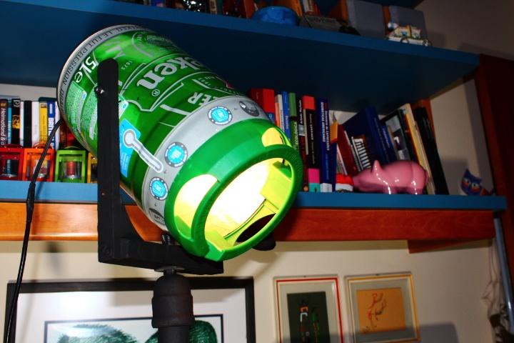 Detalhe da luminária que fizemos com uma chopeira de lata da Heineken. Primeiro, os amigos beberam a cerveja, é claro!