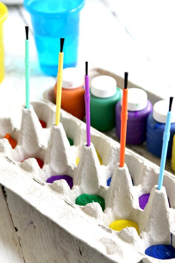 Mess Free Painting with Egg Carton, Mom Hack! pour in paint, container also easily holds paintbrushes and when done, toss egg carton out -