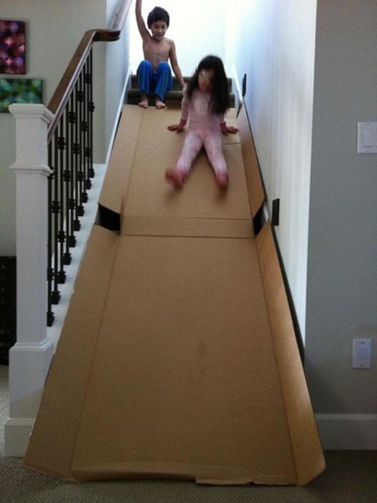 Un toboggan en carton dans l'escalier