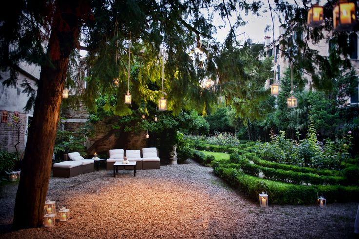 Garden, sofas, candels... How we decorate the outside of a Venetian Palace