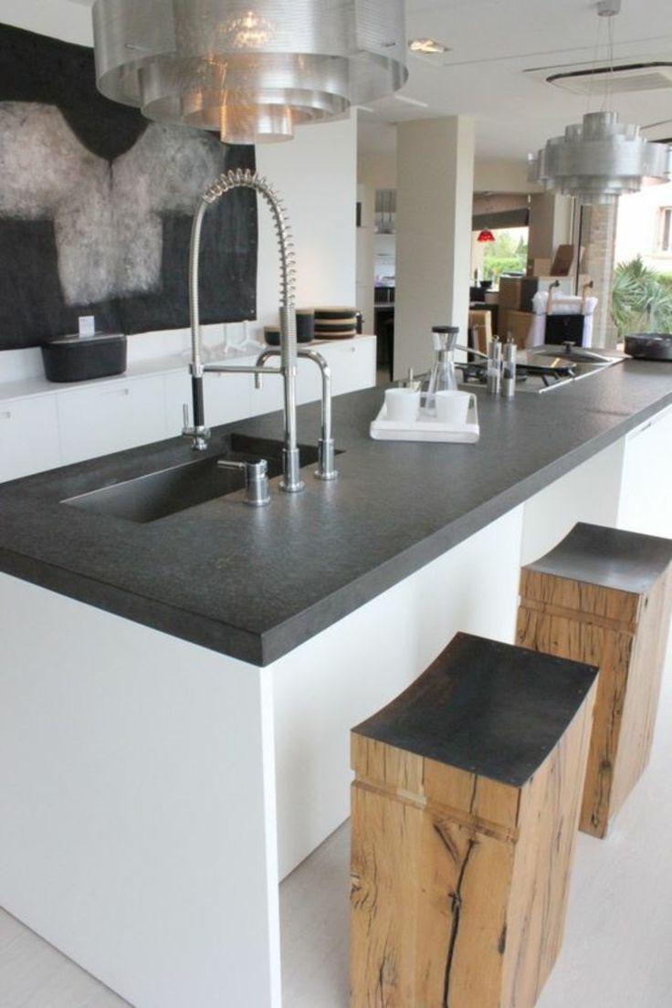 Küchengestaltung Kücheninsel rustikale Holzhocker Küchenarbeitsplatte