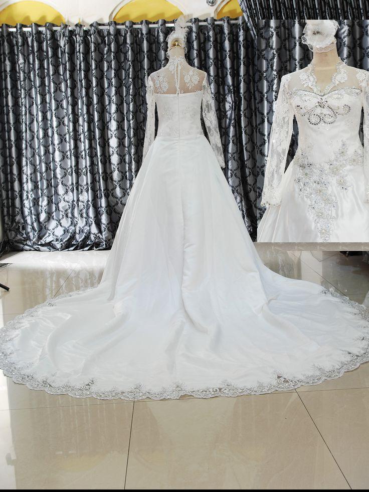 Gaun Wedding Mode Kate 153-747  Gaun Wedding mode Kate Dengan brukat yang menutup tangan serta mote, batu kristal dan payet.  Membuat gaun ini anggun dan mempesona Ukuran M dengan belakang resleting dan kancing bungkus Warna BW Harga Rp 4.500.000.-