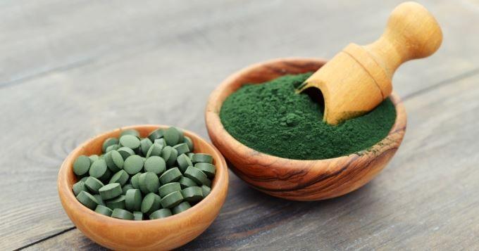 La spiruline est une micro-algue verte que l'on trouve en pharmacie ou dans les magasins bio sous forme de poudre, de gélules ou de comprimés.  Mais pourquoi aller s'embêter à consommer de l'algue en poudre? Tout simplement parce que cette minuscule algue regorge de bienfaits...